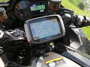 Op de Oberalppas in Zwitserland, met de TomTom Rider 550 op een Kawasaki H2 SX SE+.
